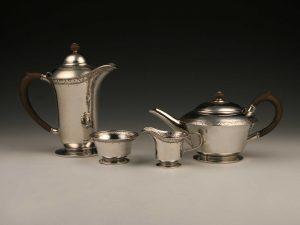 Kaffee_Tee-Service_teaset_teaservice_Sterling_Silber_sterling_silver_argent_ezüst_plata_sølv_arts_&_crafts_Jugendstil_Art_Deco_Birmingham_1912_1913_Liberty_&_Co_1